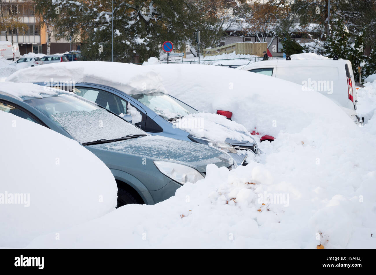 dee9ab5247 Parked cars covered in snow after an early November snowstorm - Stock Image