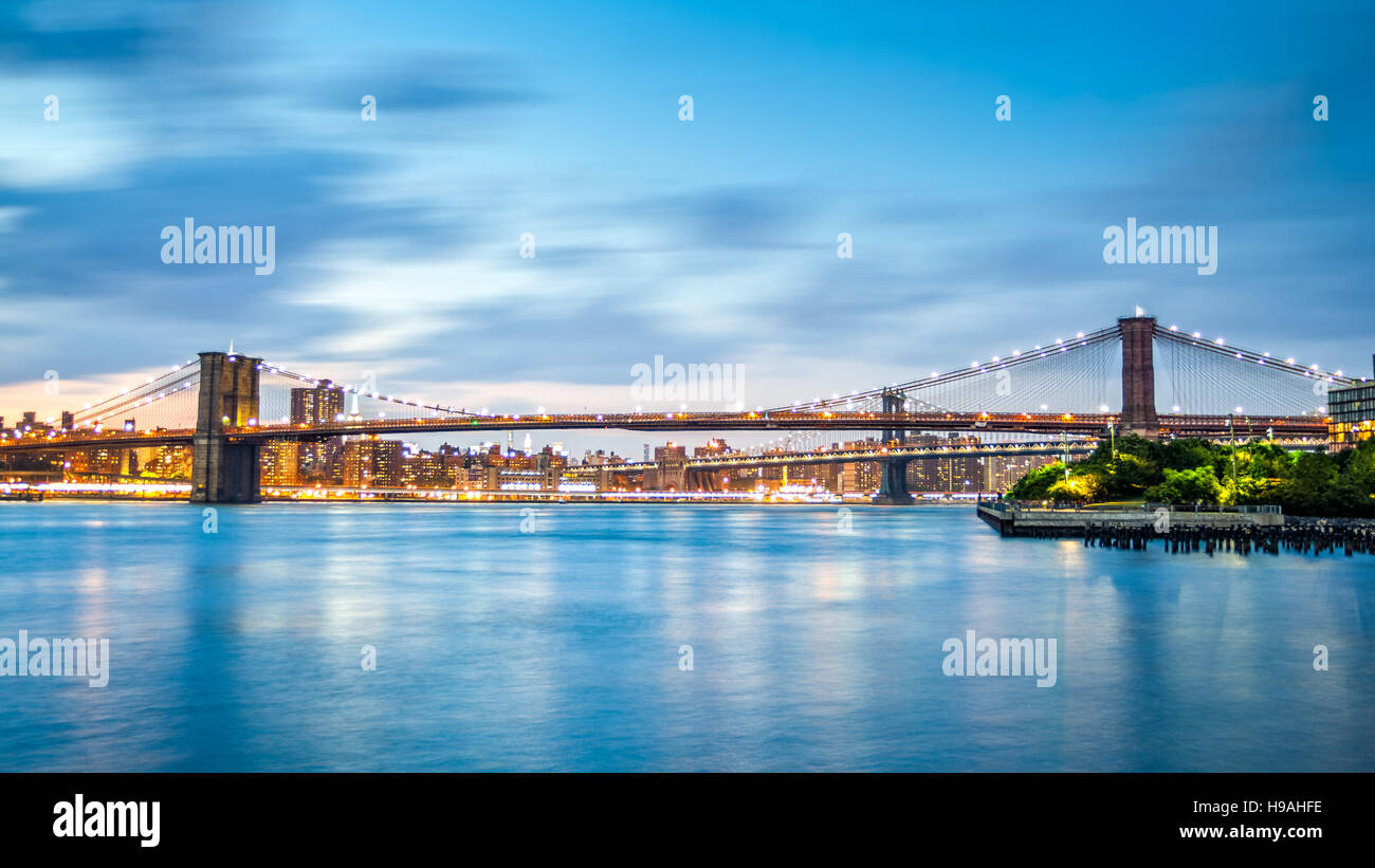 Brooklyn Bridge and Manhattan skyline at dusk on Pier2 park in New York City - Stock Image
