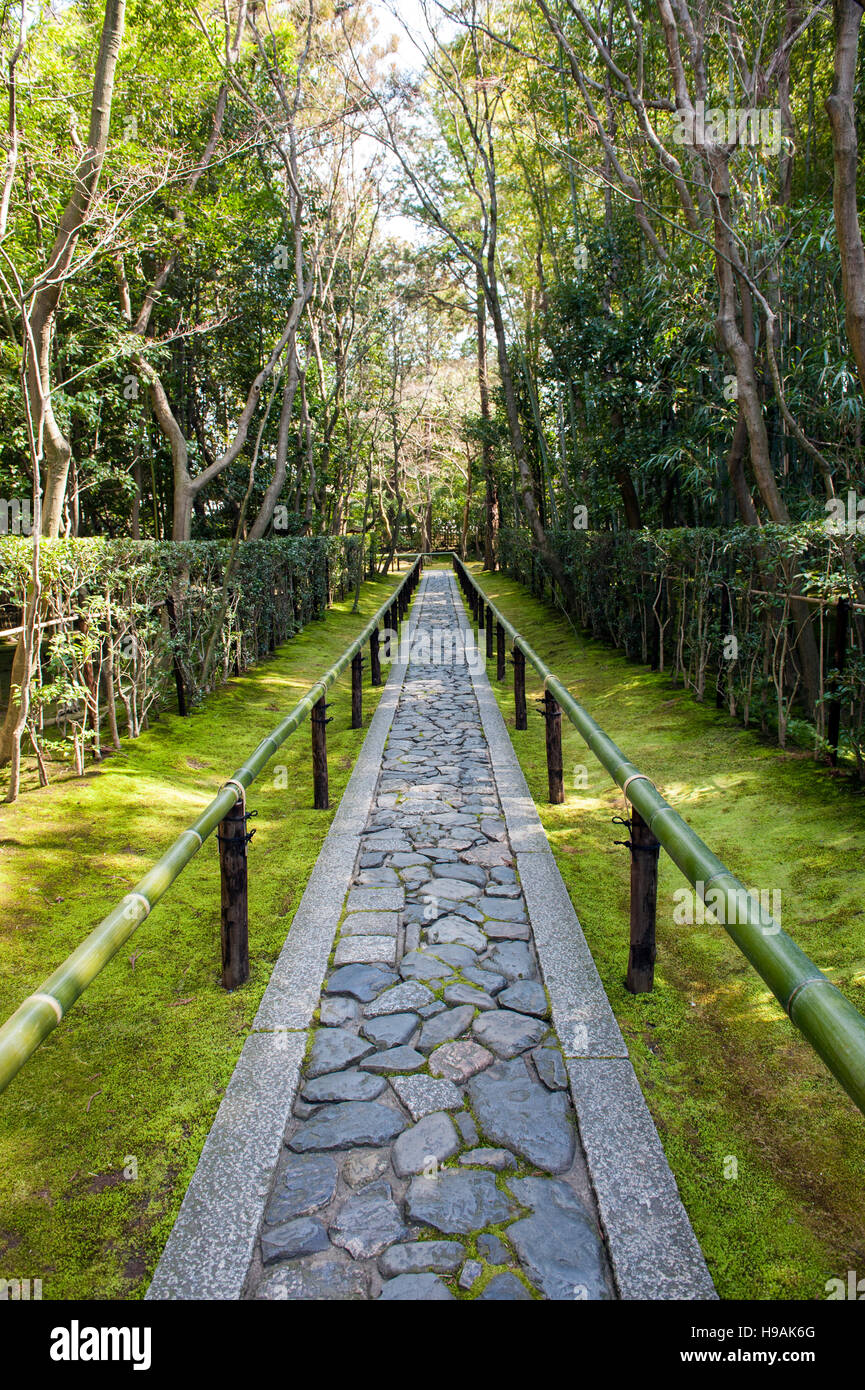 The entrance pathway at the Koto-in Zen Buddhist temple, a sub-temple of the Daitoku-ji temple complex in Kyoto. - Stock Image