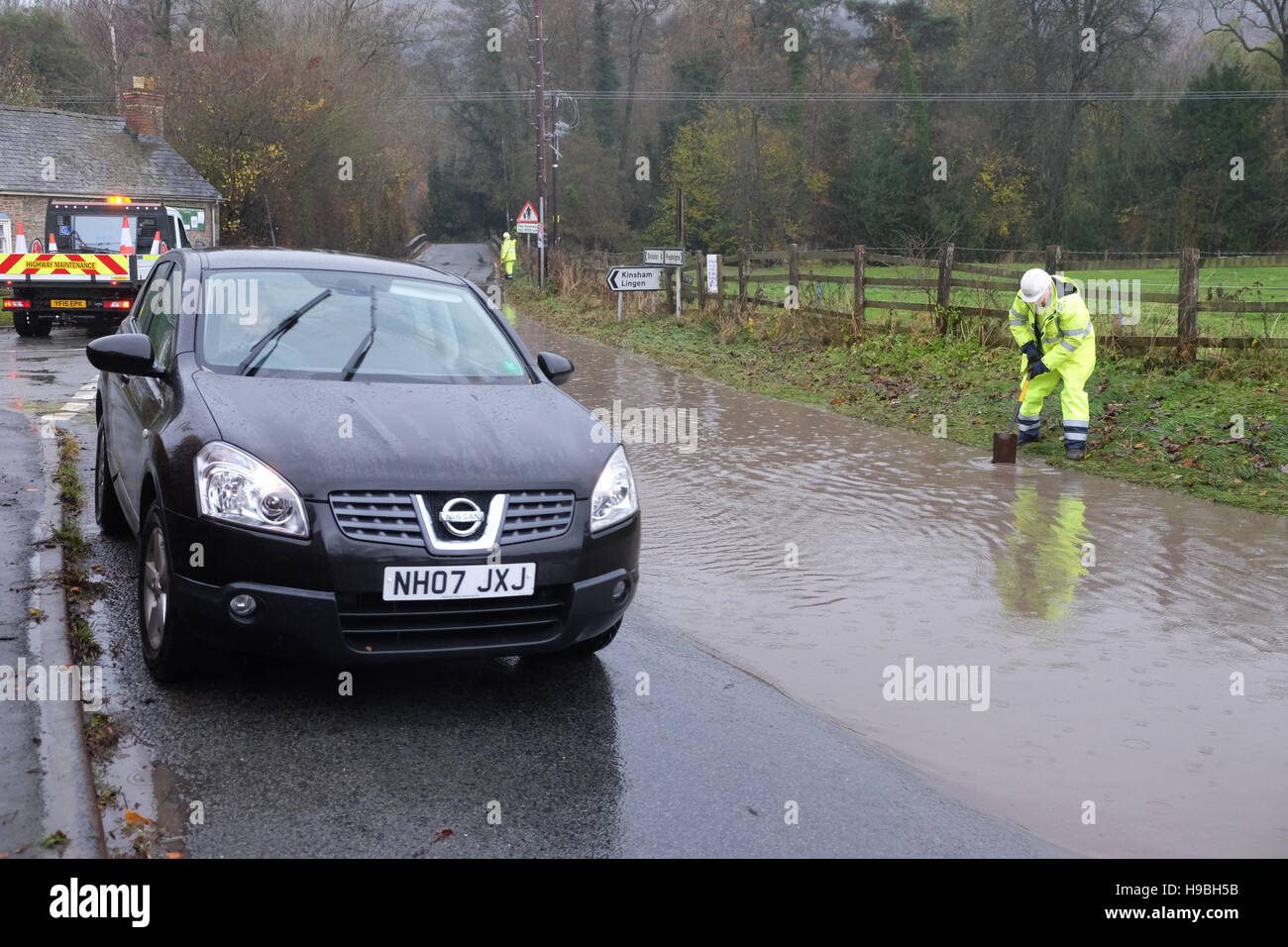 Combe, Herefordshire, UK. 21st November, 2016. Workers from Herefordshire County Council working in tricky conditions - Stock Image