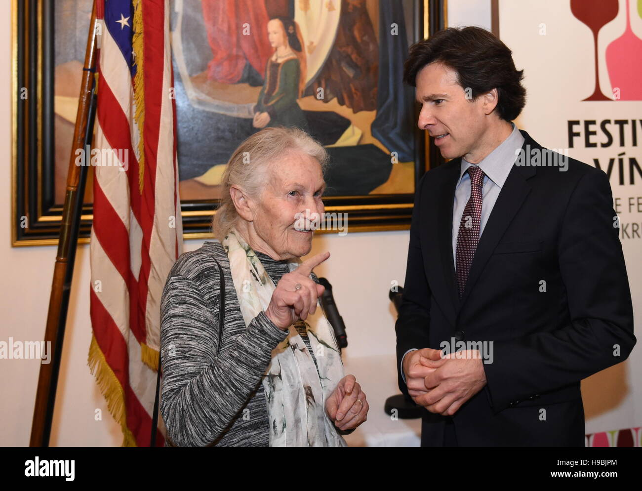 Andrew Schapiro, right, the U.S. ambassador to the Czech Republic, and Ruth Halova, one of 'Winton's children' - Stock Image