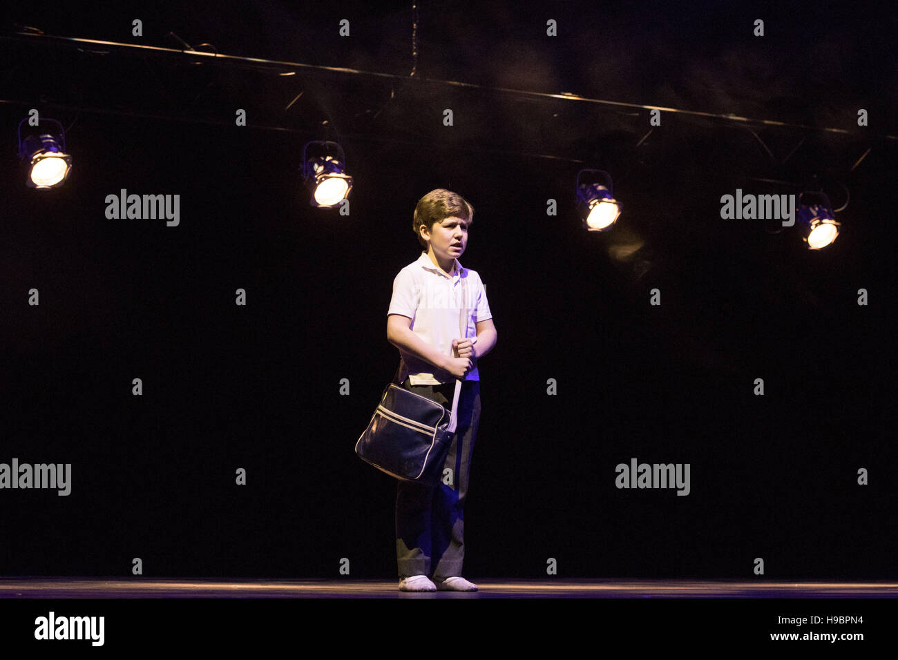 Hamburg, Germany. 22nd Nov, 2016. Lewis Smallman, cast member of the muscial Billy Elliot, singing during a press - Stock Image
