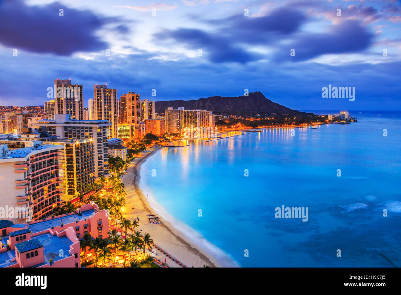 Honolulu, Hawaii. Skyline of Honolulu, Diamond Head volcano including the hotels and buildings on Waikiki Beach. - Stock Image