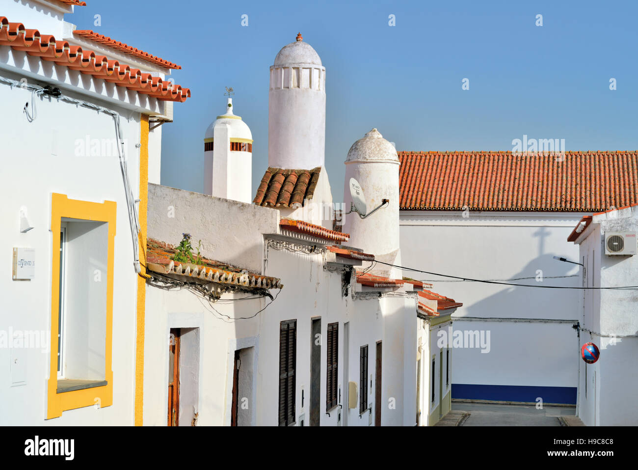 Portugal, Alentejo: Typical cylindric chimneys and small white washed houses in Mourao - Stock Image