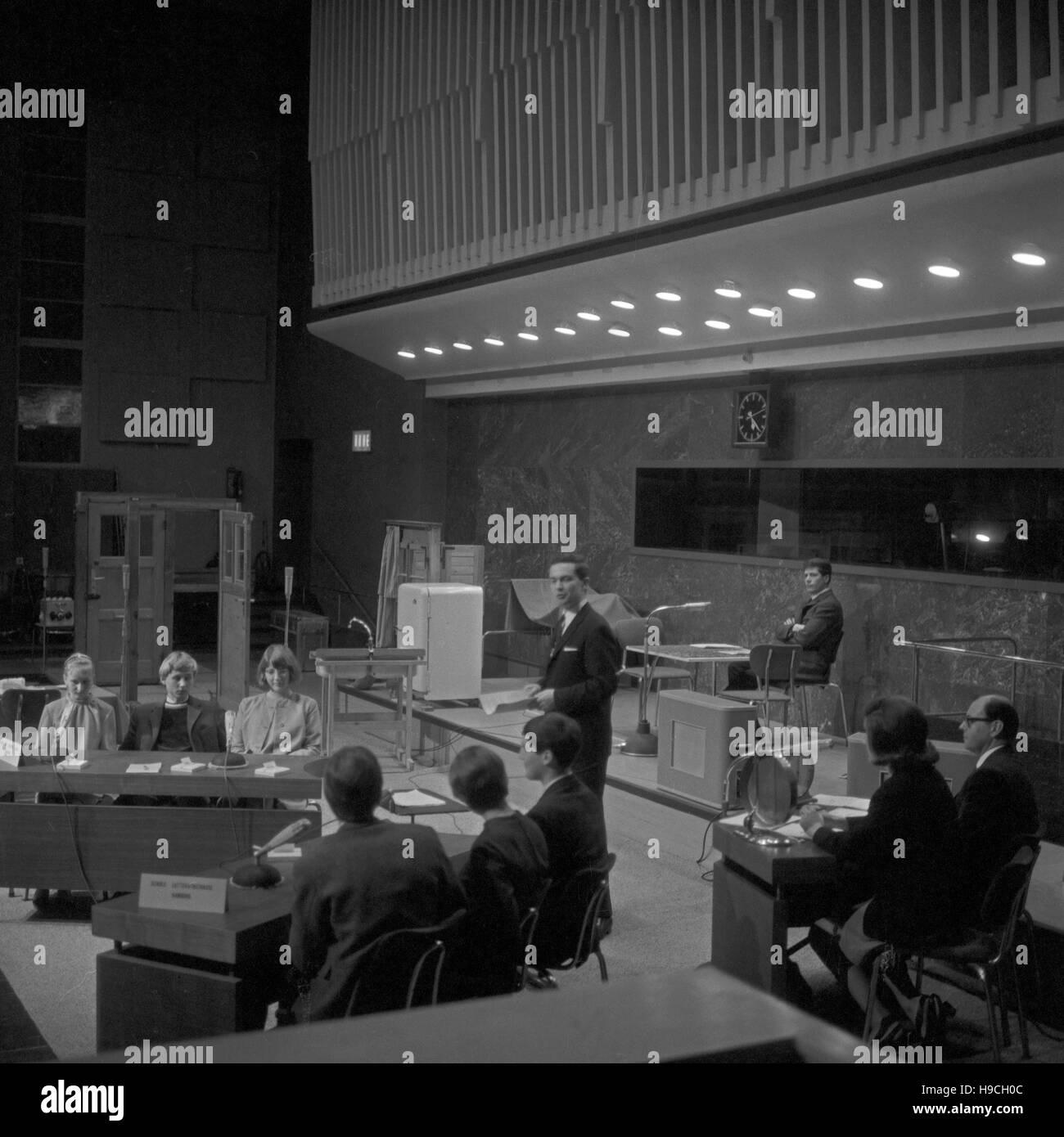 Szenenfoto aus einer Produktion des Schulfunks beim NDR in Hamburg, Deutschland 1960er Jahre. Scene shot from educational television at Norddeutscher Rundfunk in Hamburg, Germany 1960s. Stock Photo
