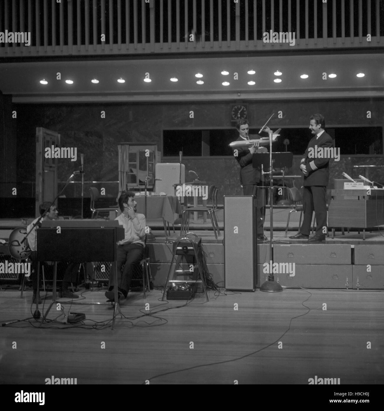 Szenenfoto aus einer Produktion des Schulfunks beim NDR in Hamburg, Deutschland 1960er Jahre. Scene shot from educational Stock Photo