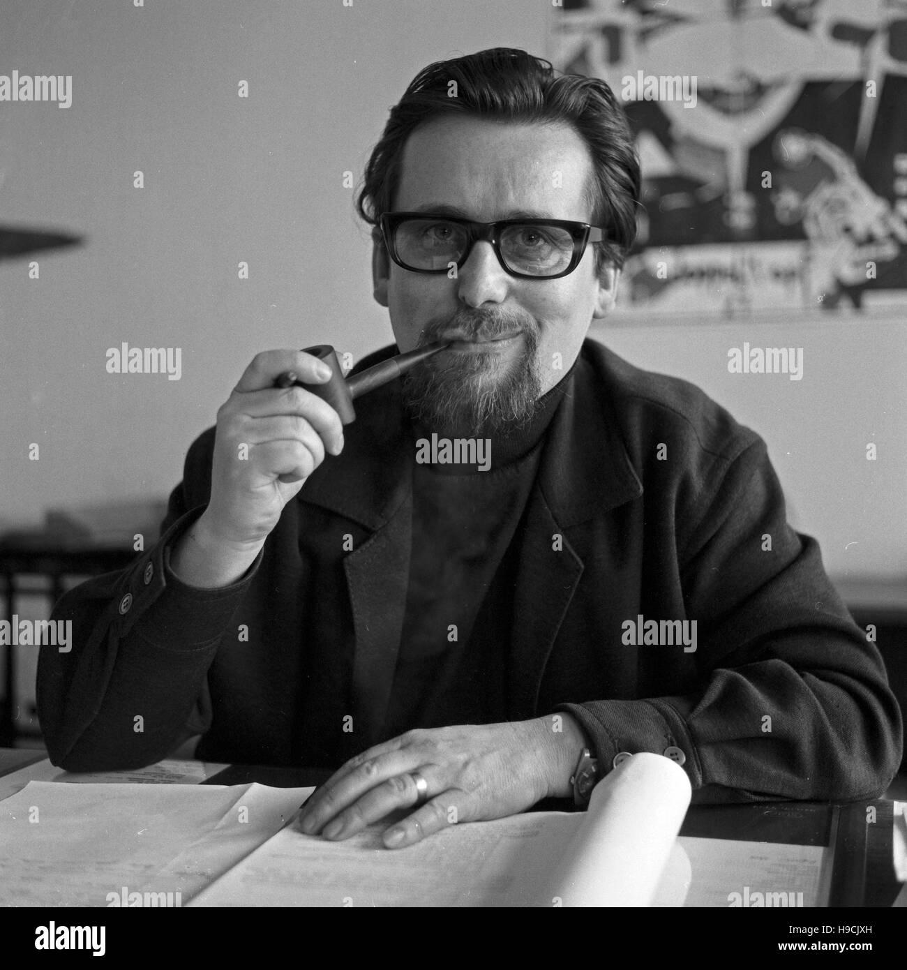 Deutscher Autor und Dramaturg Werner Klipper in Hamburg, Deutschland 1970er Jahre. German author and dramatic adviser Stock Photo