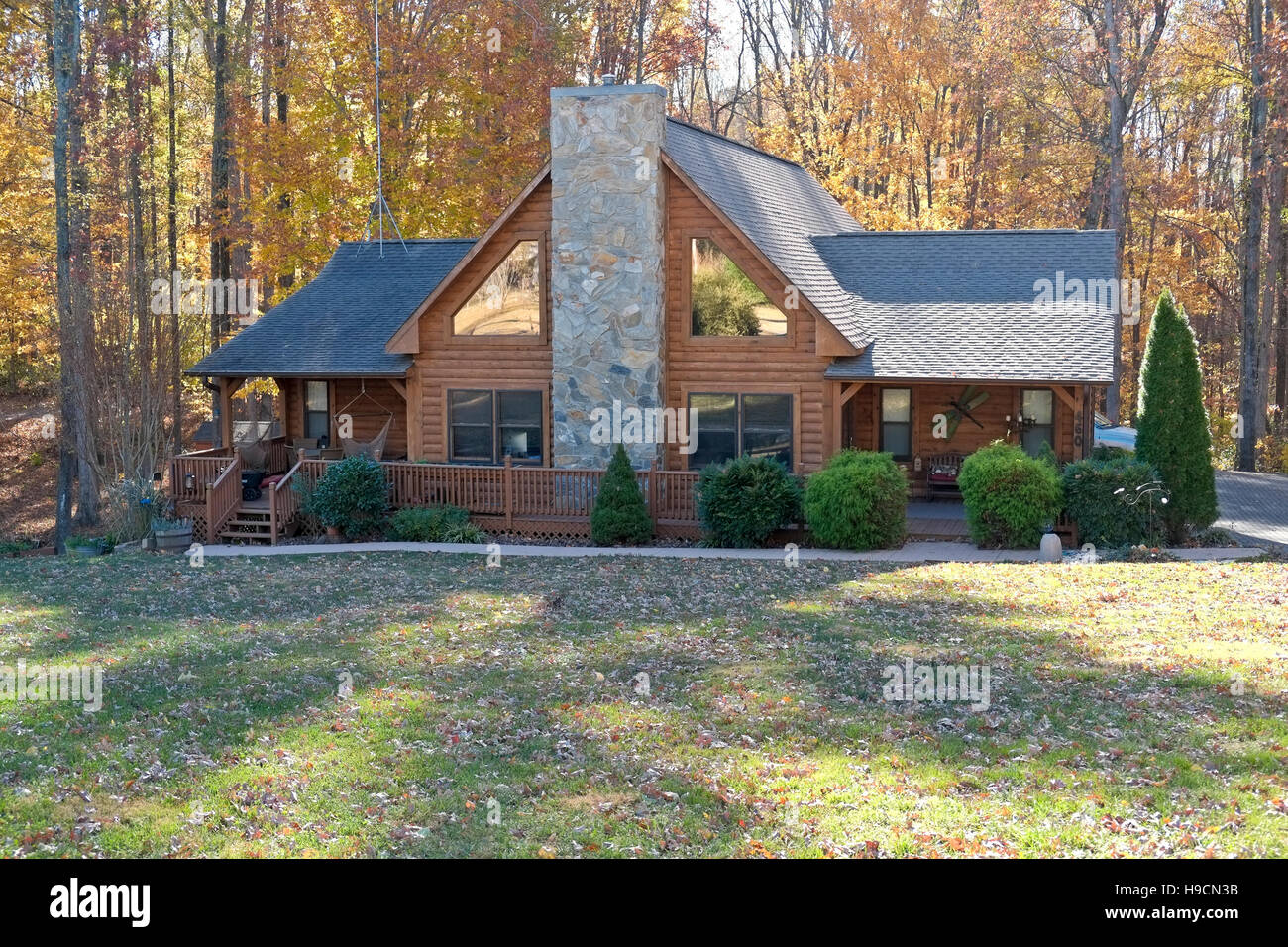 Log cabin in North Carolina during Autumn - Stock Image