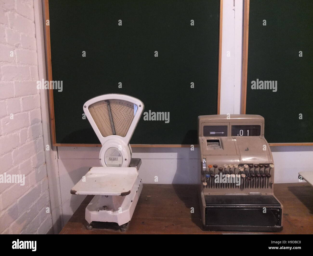 An old-fashioned cash register and set of weighing scales - Stock Image