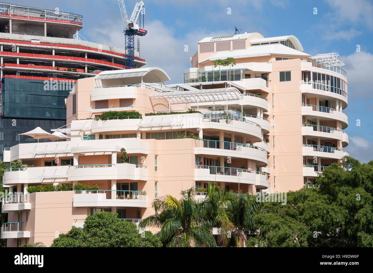 Modern apartment building overlooking Brisbane River and City, Brisbane City, Brisbane, Queensland, Australia - Stock Image