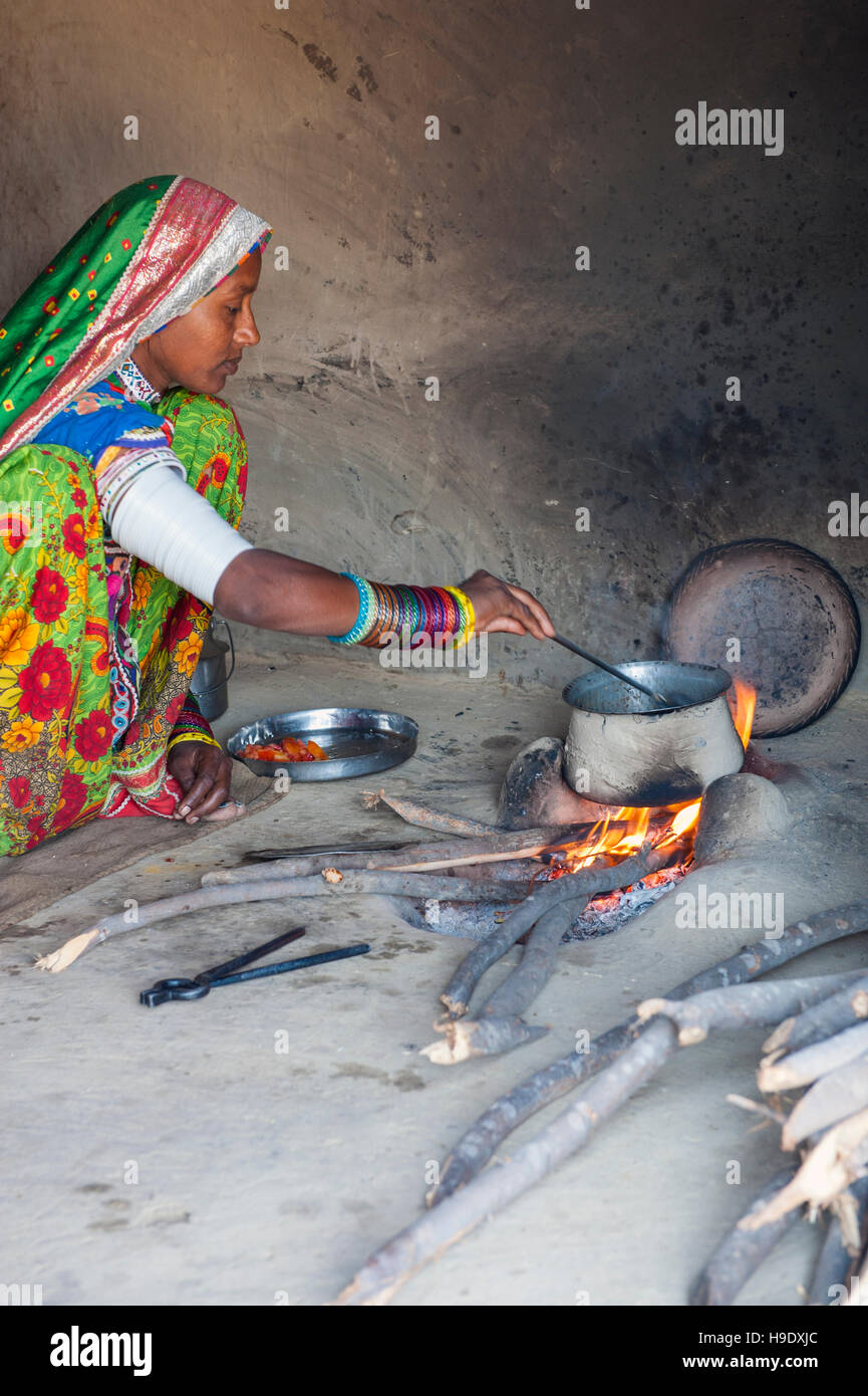 A tribal Meghawal woman prepares lunch in Hodka, a semi-arid region bordering the Great Raan of Kutch. - Stock Image