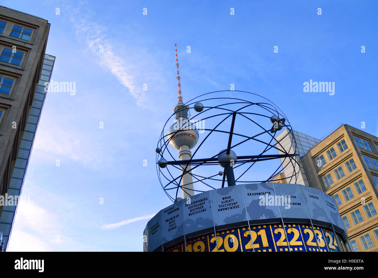 The TV Tower (Fernsehturm) with the world time clock (Weltzeituhr) in the foreground at Alexanderplatz in Berlin - Stock Image