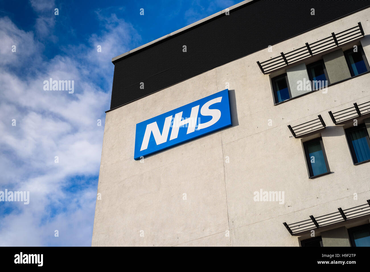 View of the NHS (National Health Service)  logo  on a modern building. *EDITORIAL ONLY* - Stock Image