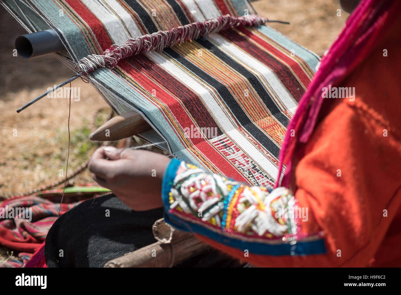 Peruvian lady weaving traditional method - Stock Image