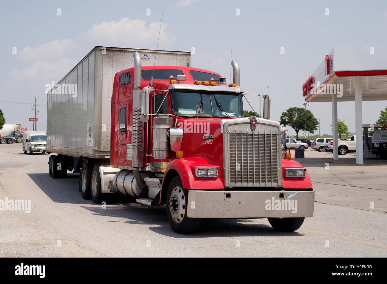 Kenworth Truck and Trailer pulling in to Sapp Bros Truck Stop at Omaha, Nebraska, USA. - Stock Image