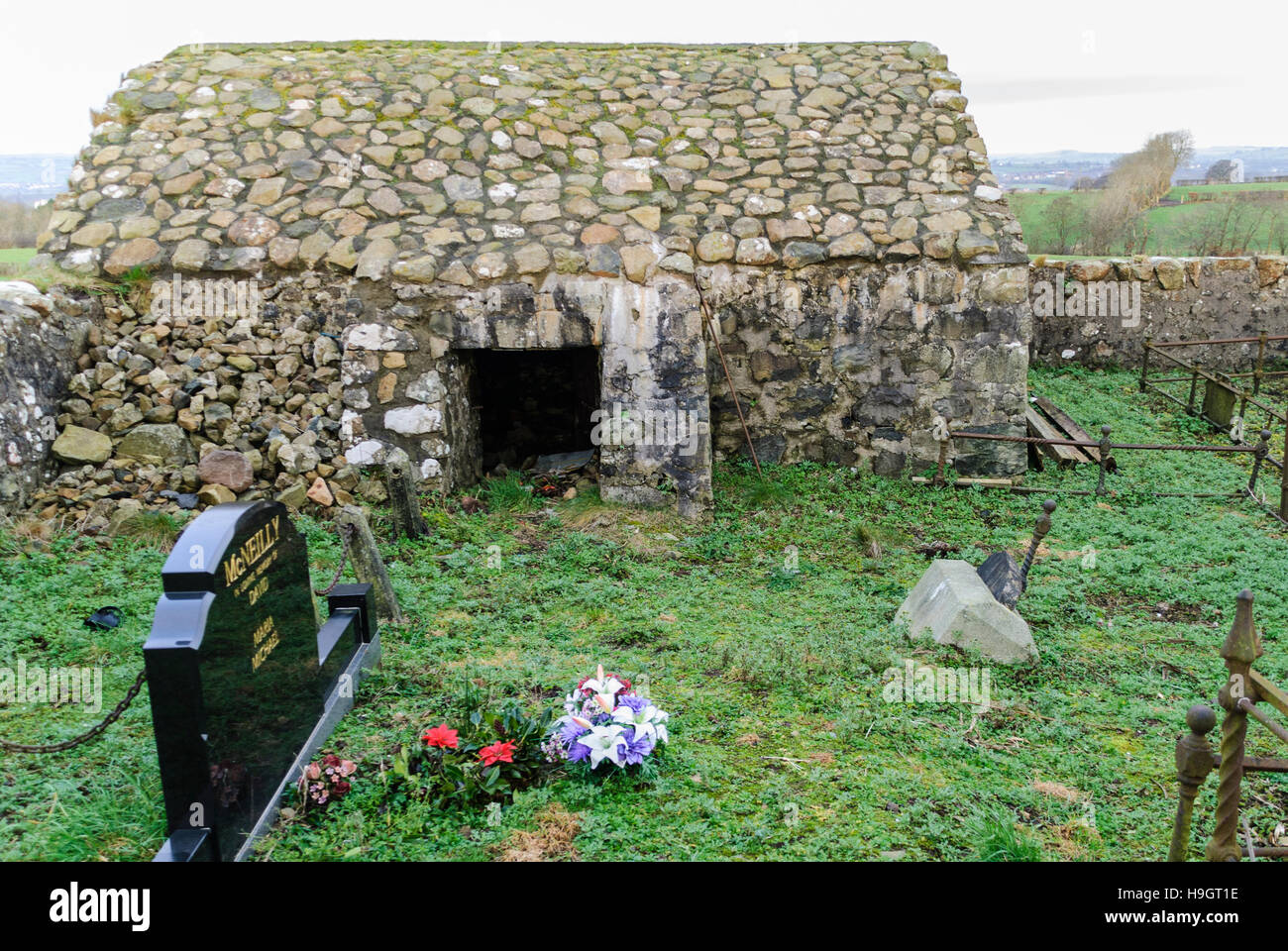 Stone corpsehouse in a County Antrim graveyard, commonly built in the area in the 1820s to prevent bodysnatchers - Stock Image