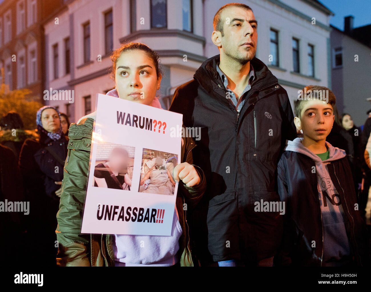 Hameln, Germany. 23rd Nov, 2016. The brother of the victim and his children hold up a signs with the words 'Why?' - Stock Image