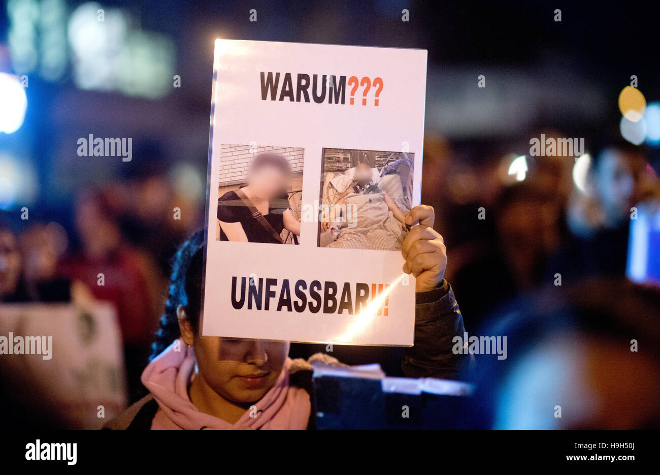 Hameln, Germany. 23rd Nov, 2016. A family member of the victim holds up a sign with the words 'Why?' and - Stock Image