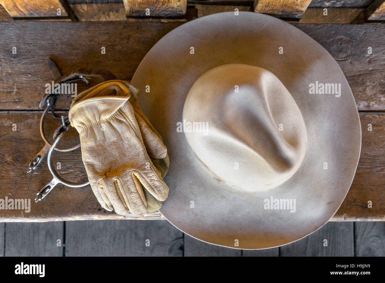 WY01191-00...WYOMING - Hat on bench at the CM Ranch near Dubois. - Stock Image
