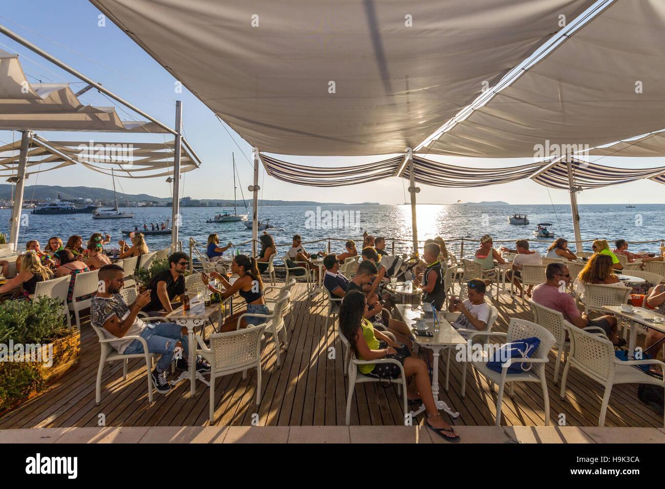 Spain, Balearic Islands, Ibiza, Sant Antoni de Portmany, people at Cafè del Mar - Stock Image