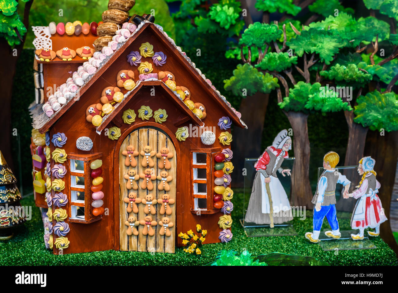 gingerbread cottage depicting hansel and gretel in a shop window rh alamy com hansel and gretel cottages los angeles hansel and gretel cottage saugatuck