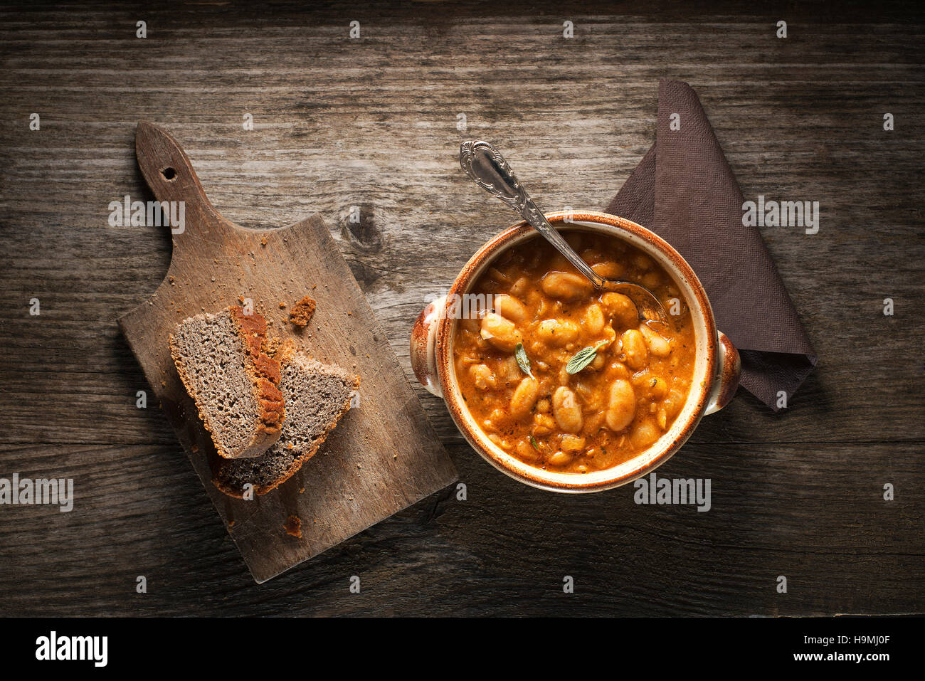 White bean stew with bread close up - Stock Image