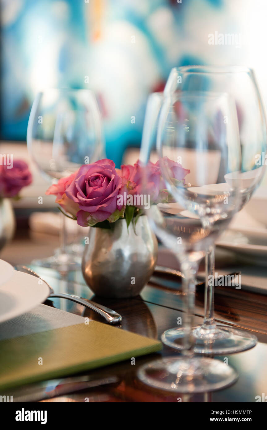 Cut flowers and wine glasses in showflat styled by Collett-Zarzycki,  property development by Richard Rogers, Bankside, - Stock Image