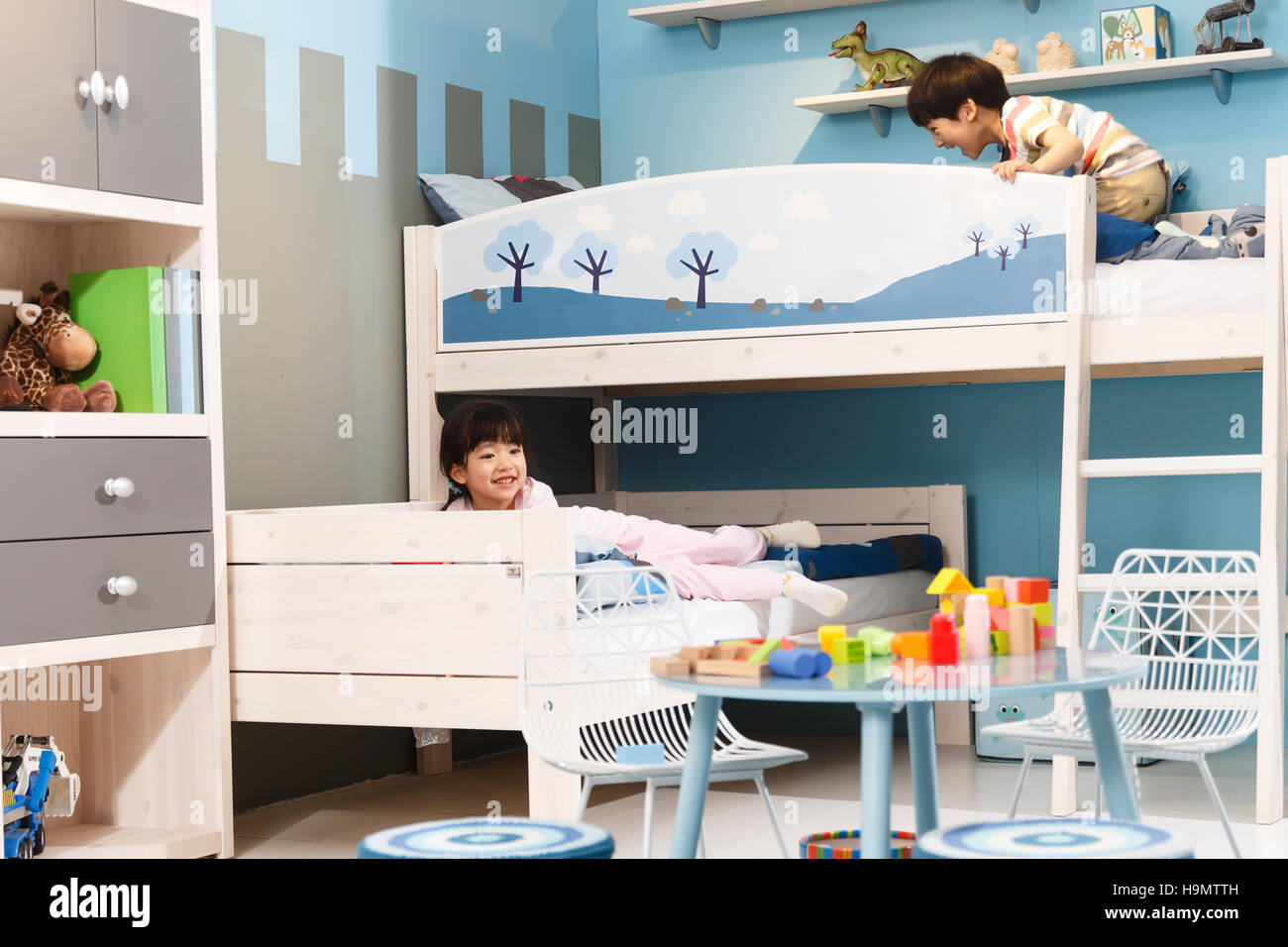 Two children play in a bunk bed - Stock Image