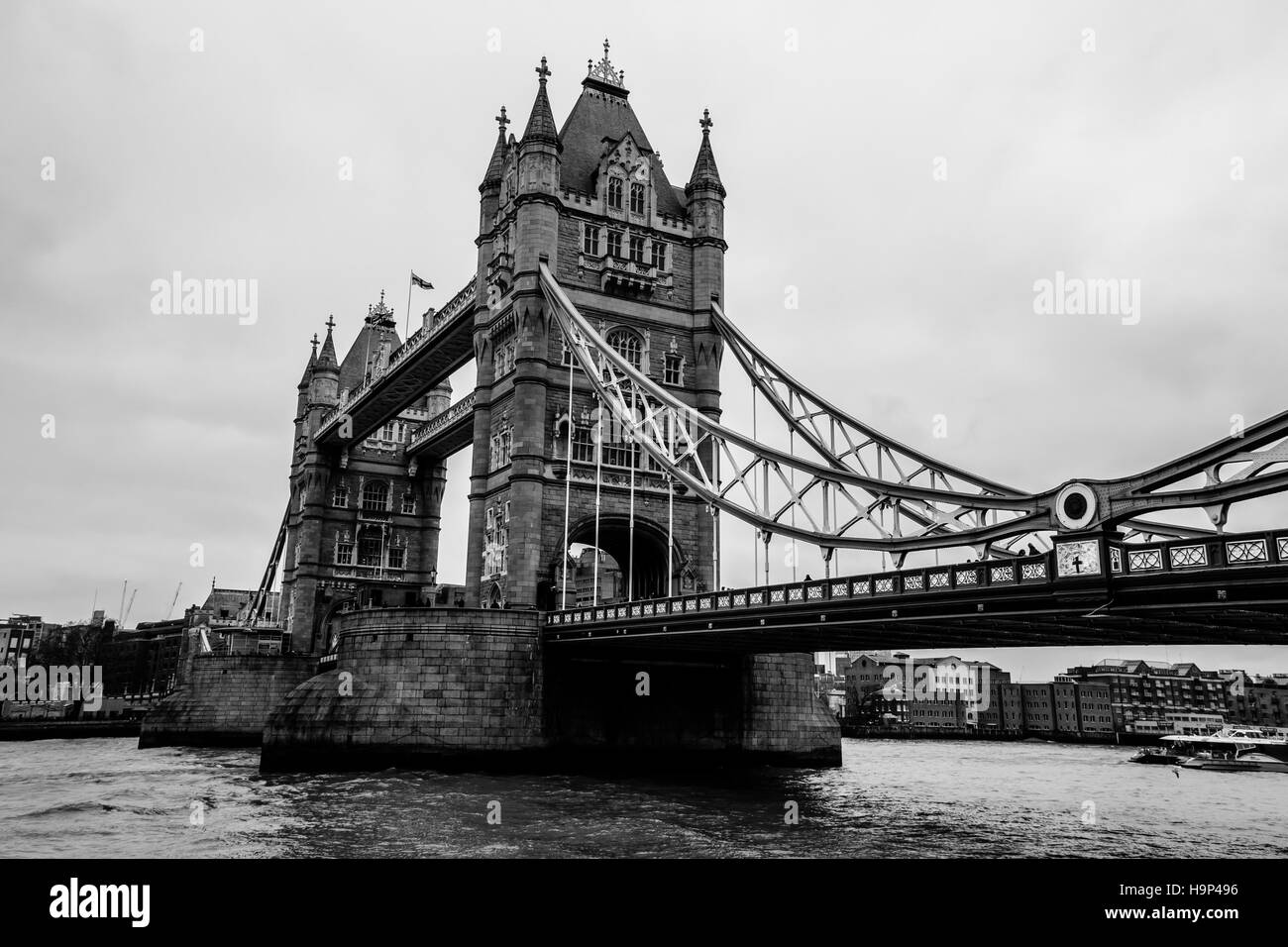 Black and white side view of the Tower Bridge and river Thames in London, United Kingdom. - Stock Image