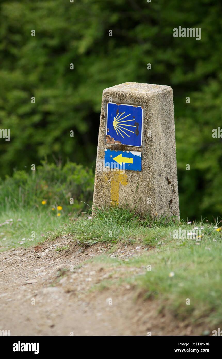 Waymarker on the pilgrim route to Santiago de Compstela, Roncesvalles pass - Stock Image