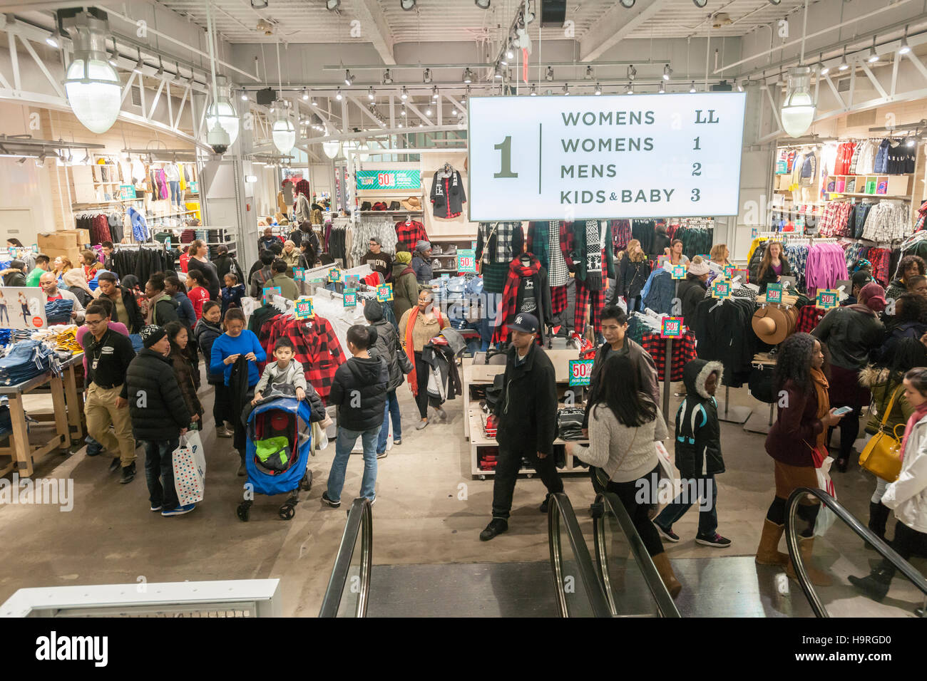 New York, USA. 25th November, 2016. Shoppers in Old Navy in Herald Square in New York looking for bargains on the - Stock Image
