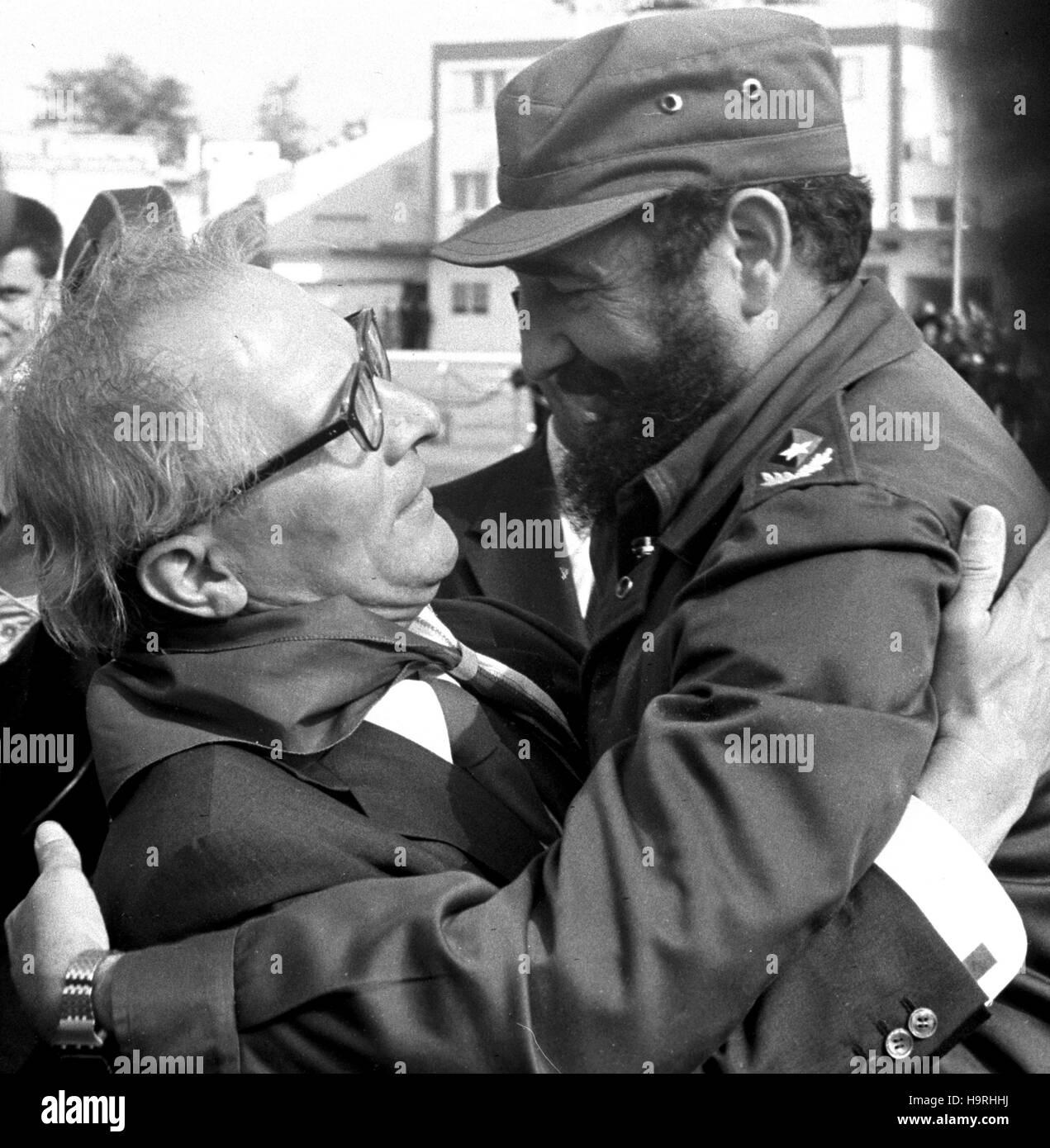 Mit einer Umarmung verabschieden sich der kubanische Regierungschef Fidel Castro und der Staats- und Parteivorsitzende Stock Photo