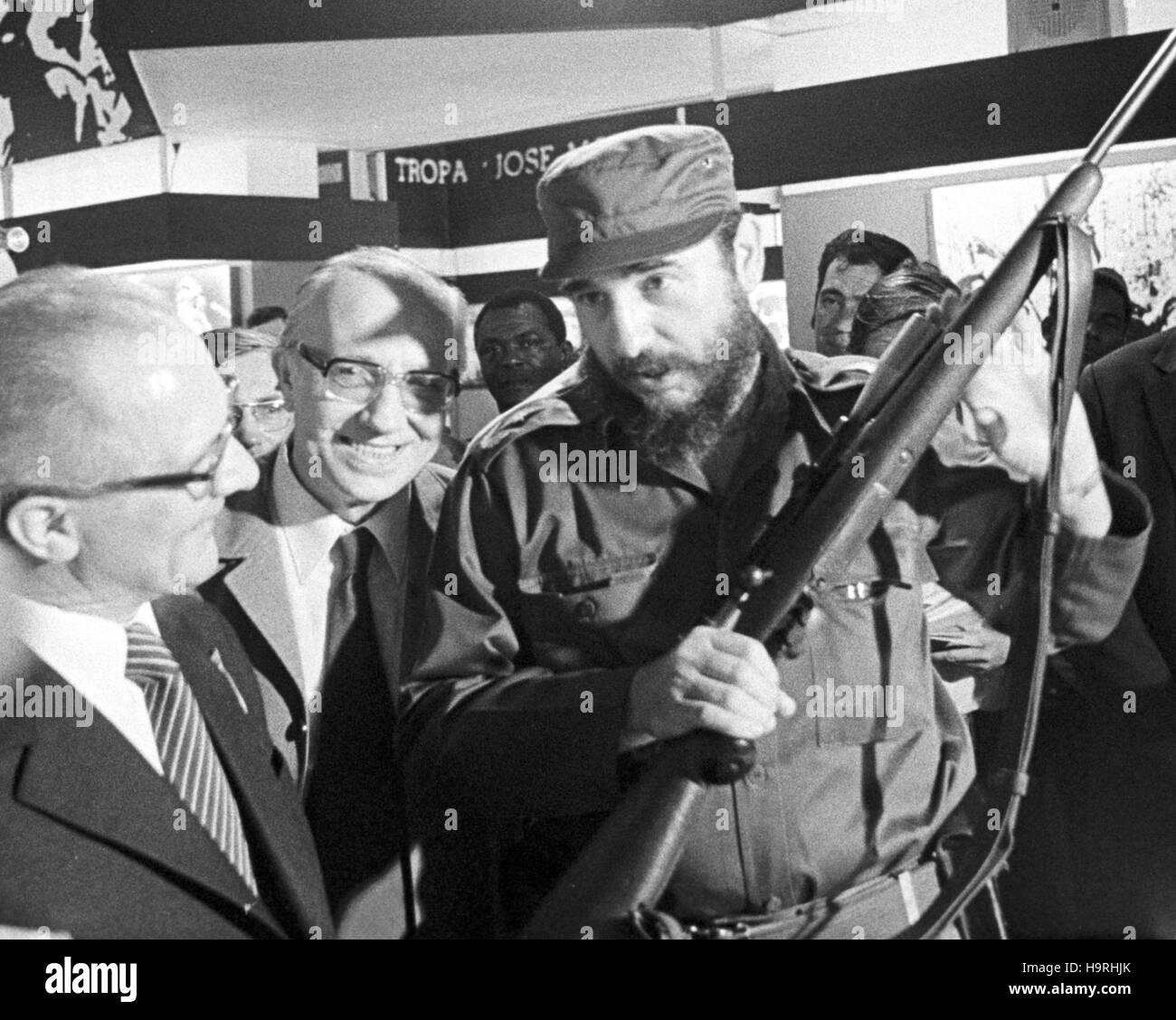 Der kubanische Regierungschef Fidel Castro und der Staats- und Parteivorsitzende der DDR, Erich Honecker, besuchen Stock Photo