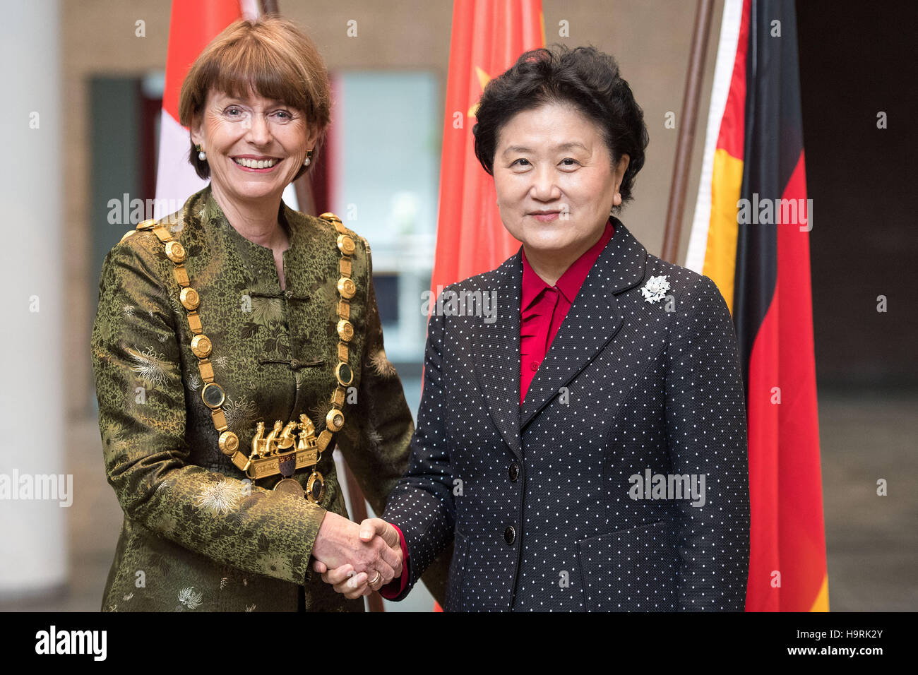Colonge, Germany. 26th Nov, 2016. The mayor of Cologne Henriette Reker (L) welcomes the Chinese vice premier Liu - Stock Image