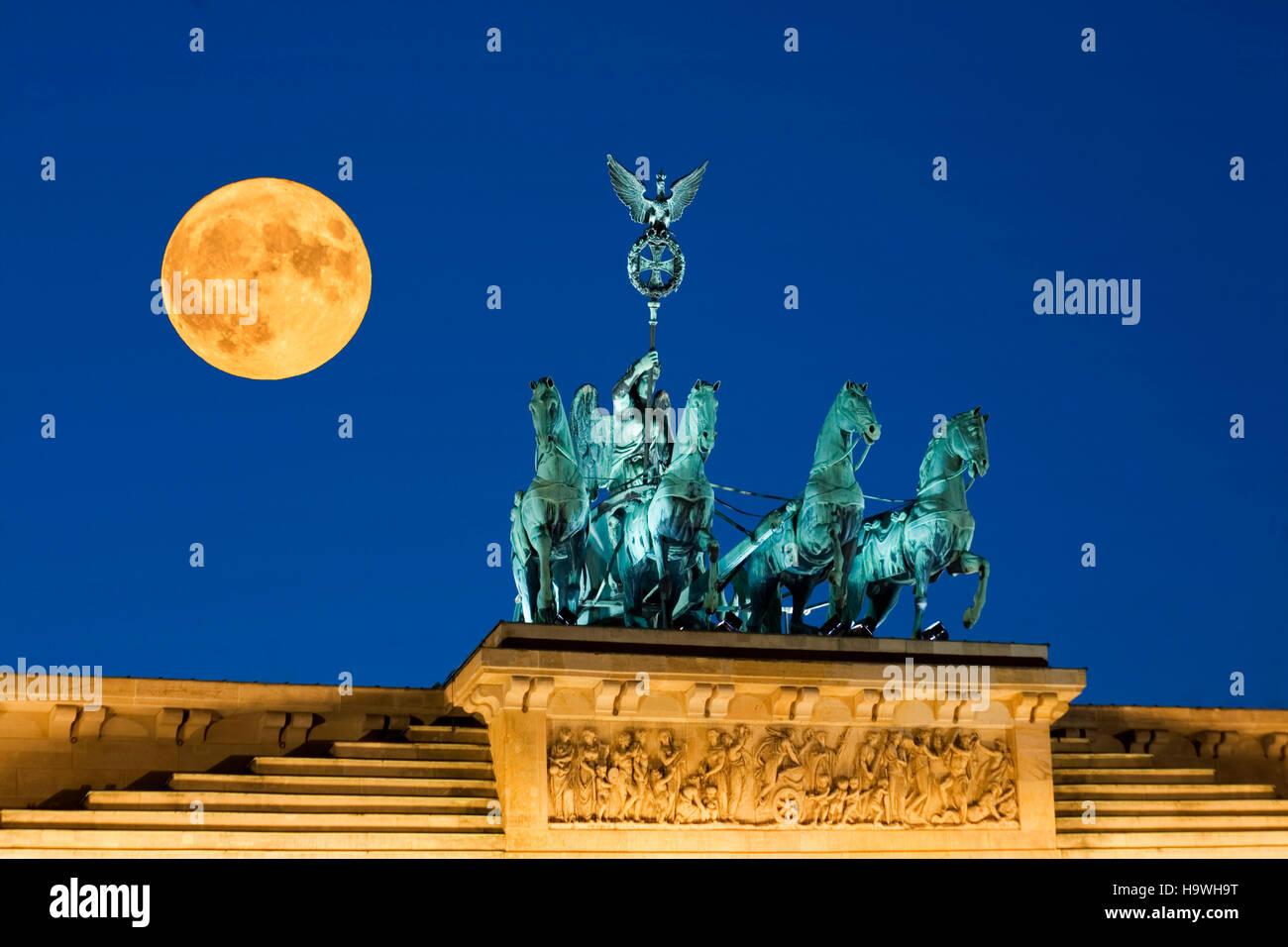 Full moon, Super moon, Supermoon, Vollmond, Supermond, Berlin brandenburg gate , paris square, quadriga - Stock Image