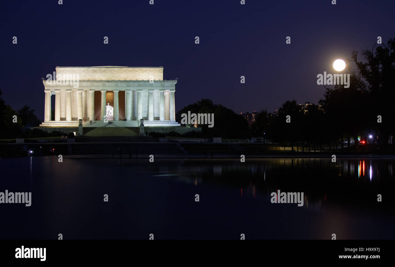 The supermoon sets by the Lincoln Memorial November 14, 2016 in Washington, DC. The moon appears 30 percent brighter - Stock Image