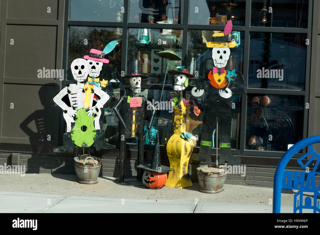 Formally dressed, artistic welded sheet metal Halloween skeletons and jack-o'-lantern at gift shop. St Paul - Stock Image