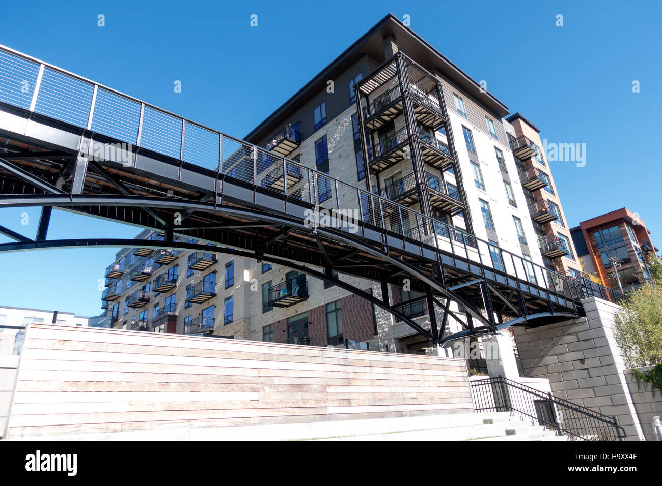 Condo or apartment building with direct access to the Midtown Greenway bicycle & pedestrian trail. Minneapolis - Stock Image