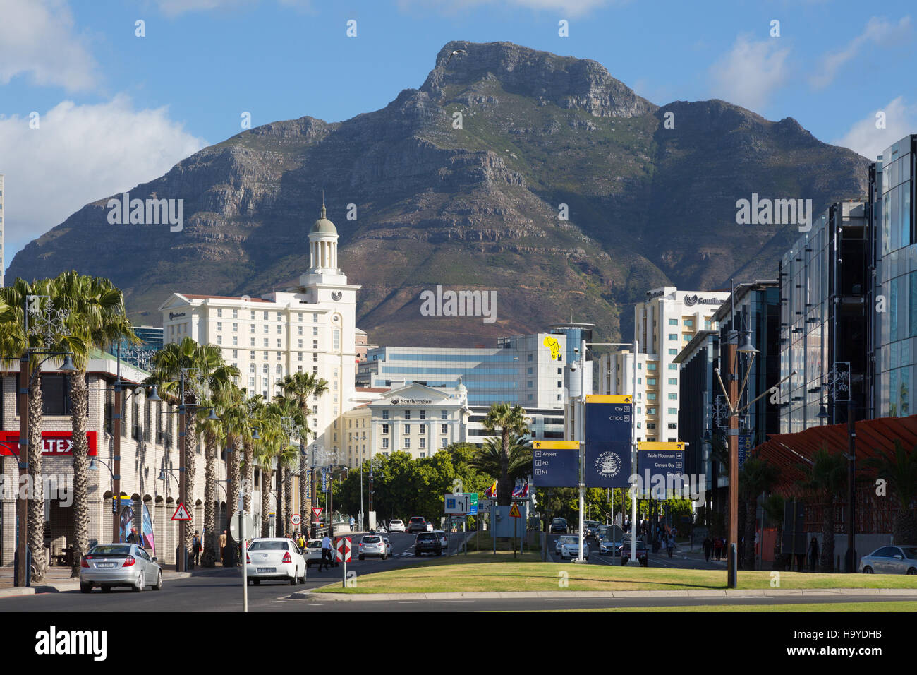 Street scene and Devil's Peak, Cape Town, South Africa - Stock Image