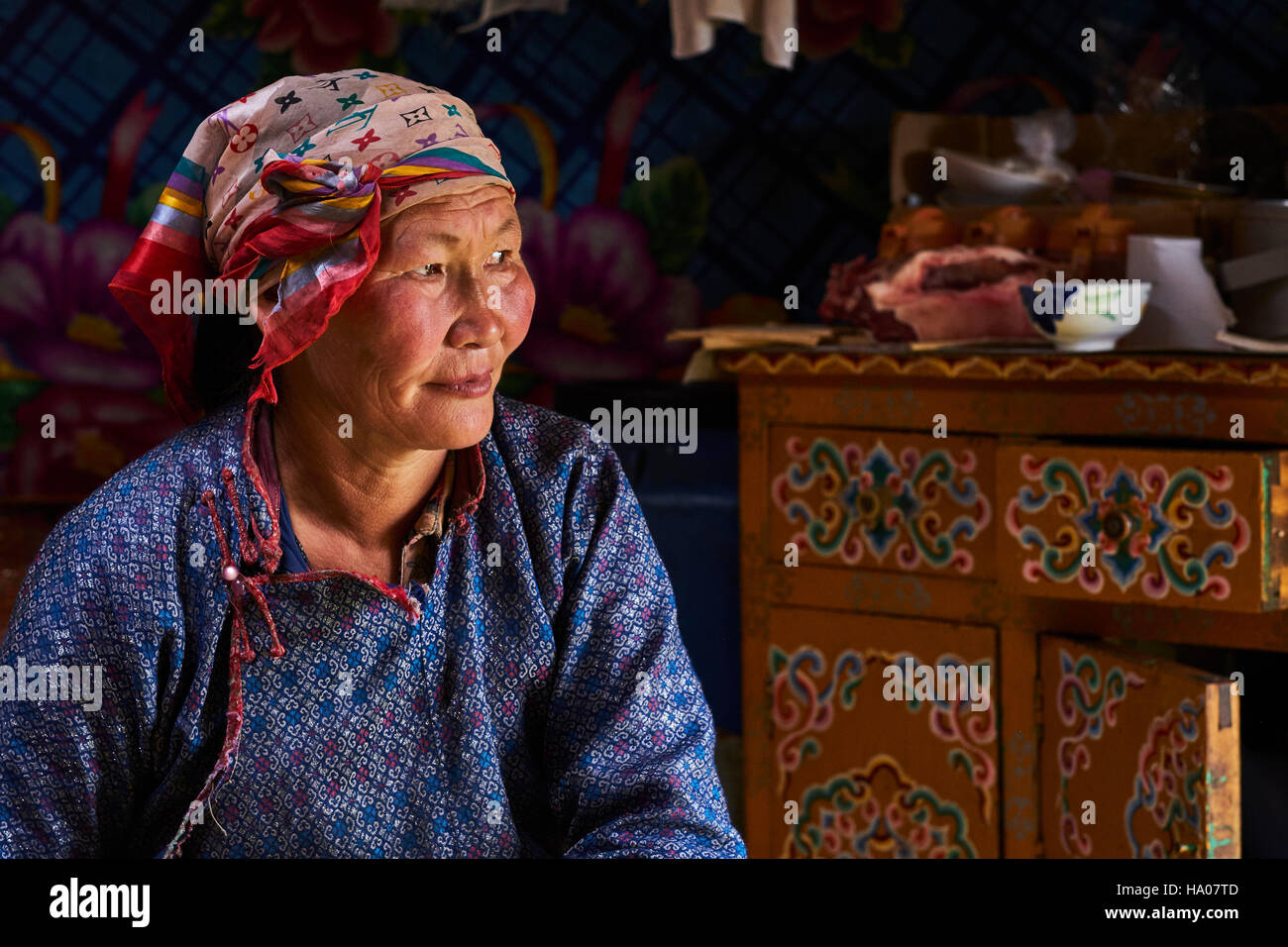 Mongolia, Arkhangai province, nomad woman in the yurt - Stock Image
