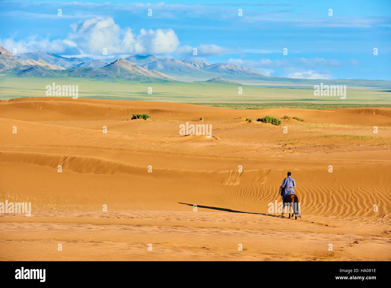 Mongolia, Zavkhan province, Mongolian horserider in the sand dunes - Stock Image