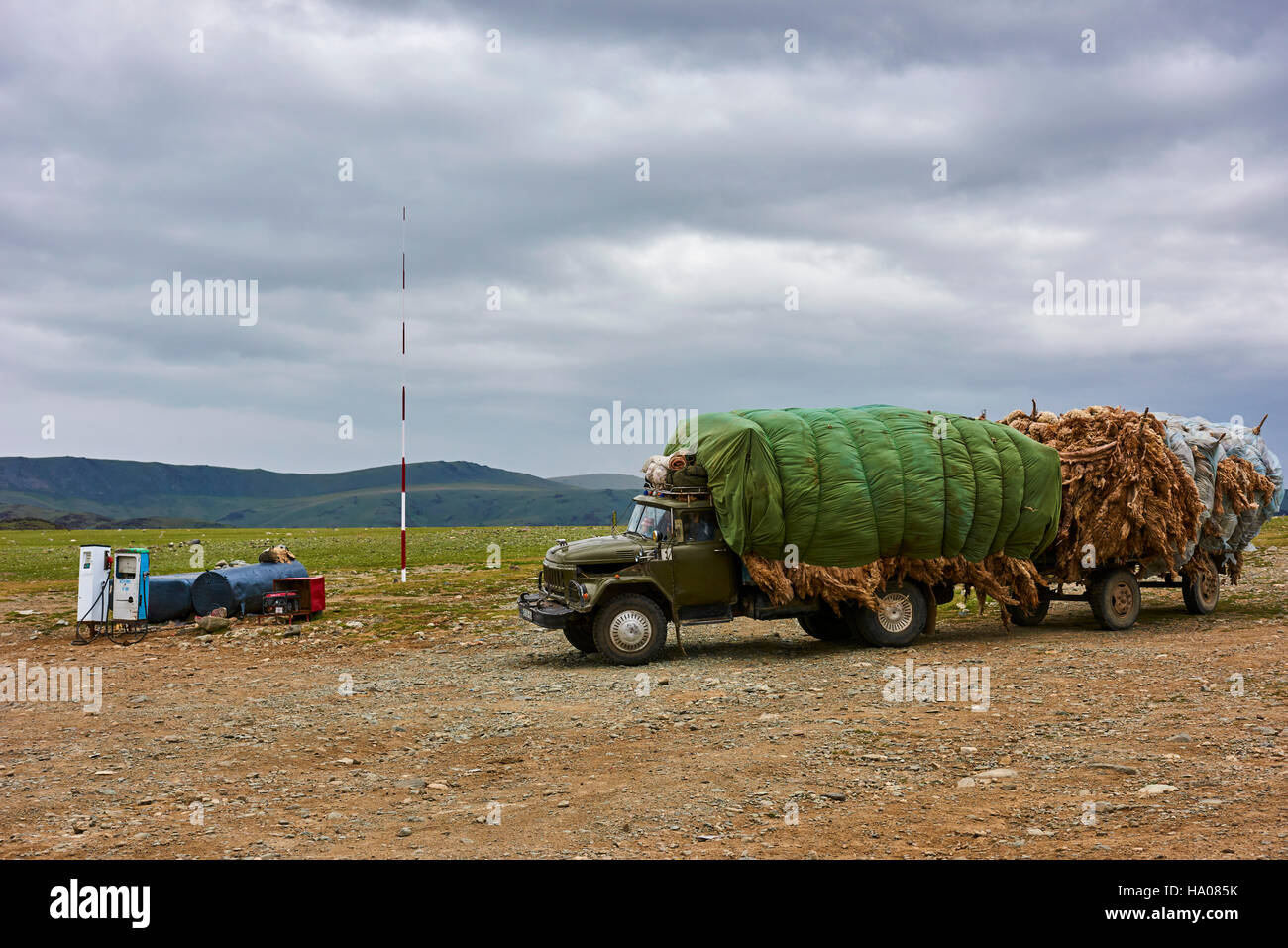 Mongolia, Bayan-Ulgii province, western Mongolia, a truck weighed down with the wool at petrol pompe - Stock Image