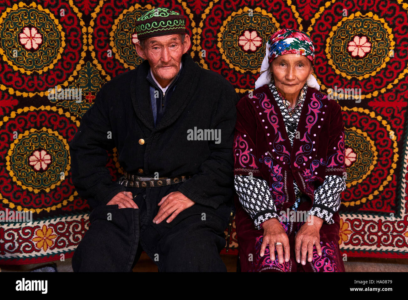 Mongolia, Bayan-Ulgii province, western Mongolia, nomad camp of Kazakh people in the steppe, Kazakh couple inside - Stock Image