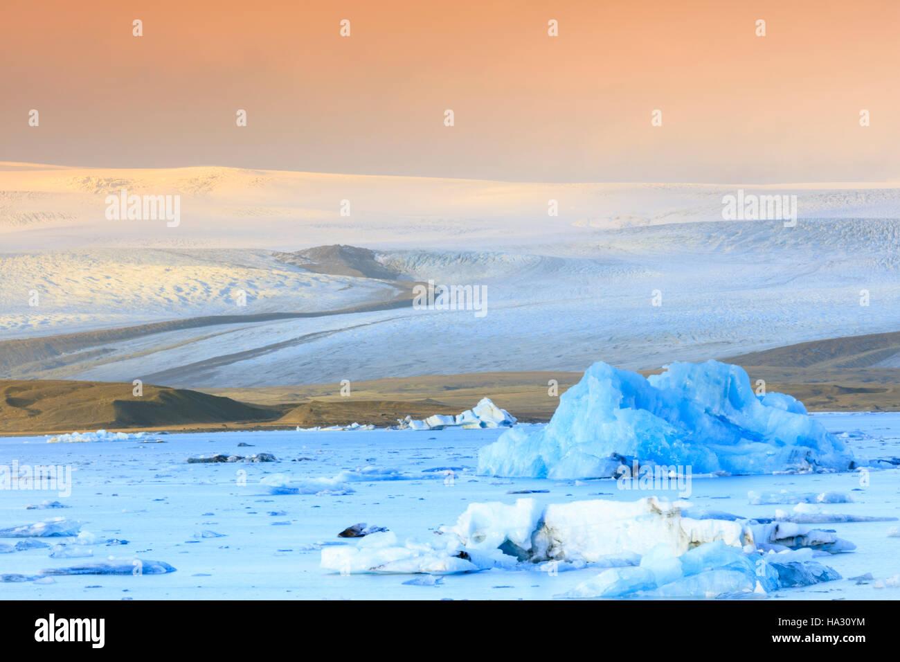 Jokulsarlon Glacier Lagoon - Floating Icebergs and glacier flowing off the ice sheet - Stock Image