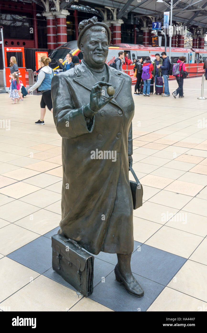 Statue of Bessie Braddock at Liverpool Lime Street station. Paired with one of Ken Dodd as part of Chance Meeting - Stock Image