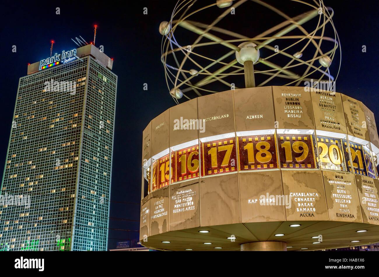Urania-Weltzeituhr auf dem Alexanderplatz bei Nacht, Berlin, Deutschland | Urania-Weltzeituhr at Alexander Place - Stock Image