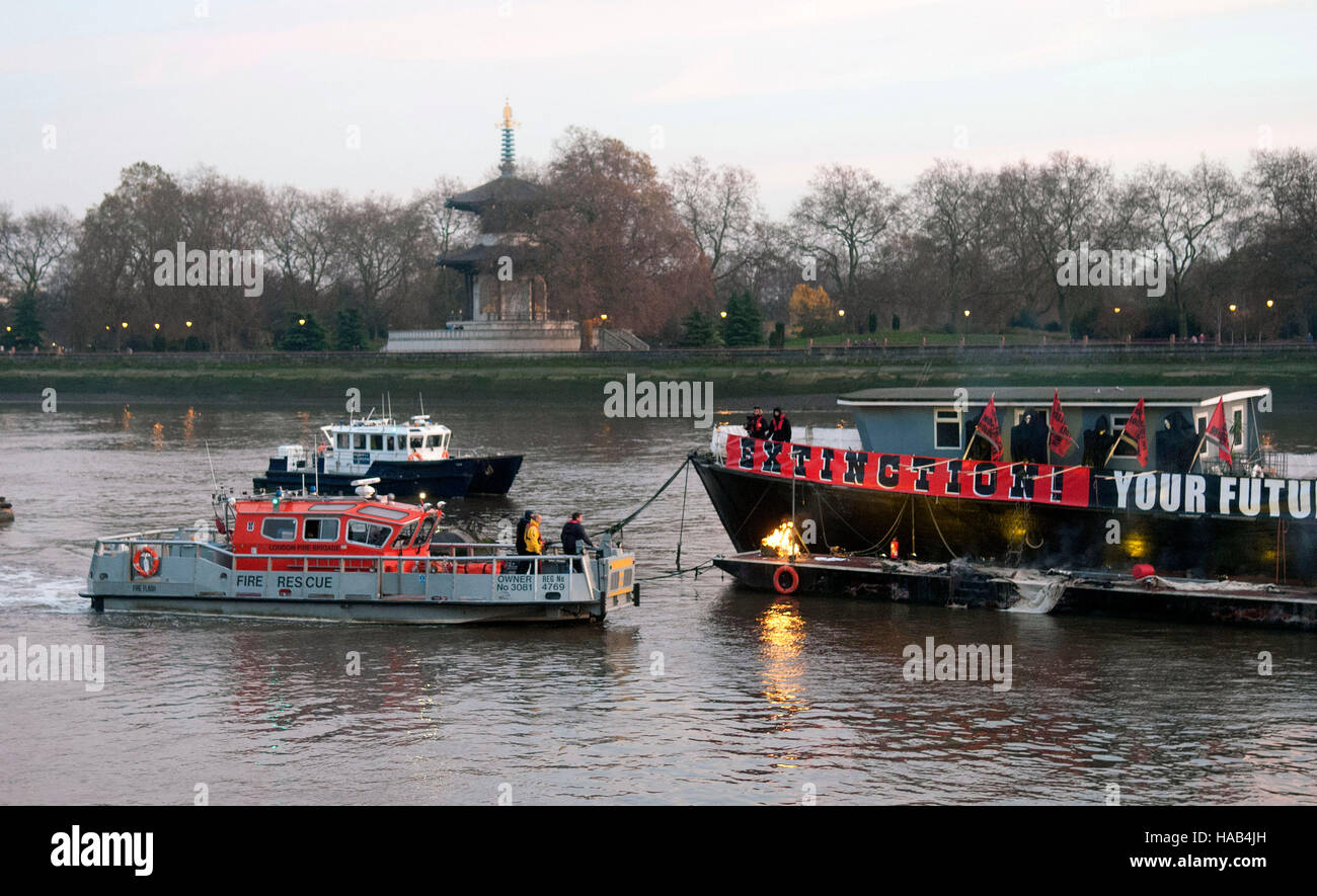 Fire Service and Port of London boats arrive as Joe Corre burns his £5 million pound collection of punk memorabilia - Stock Image