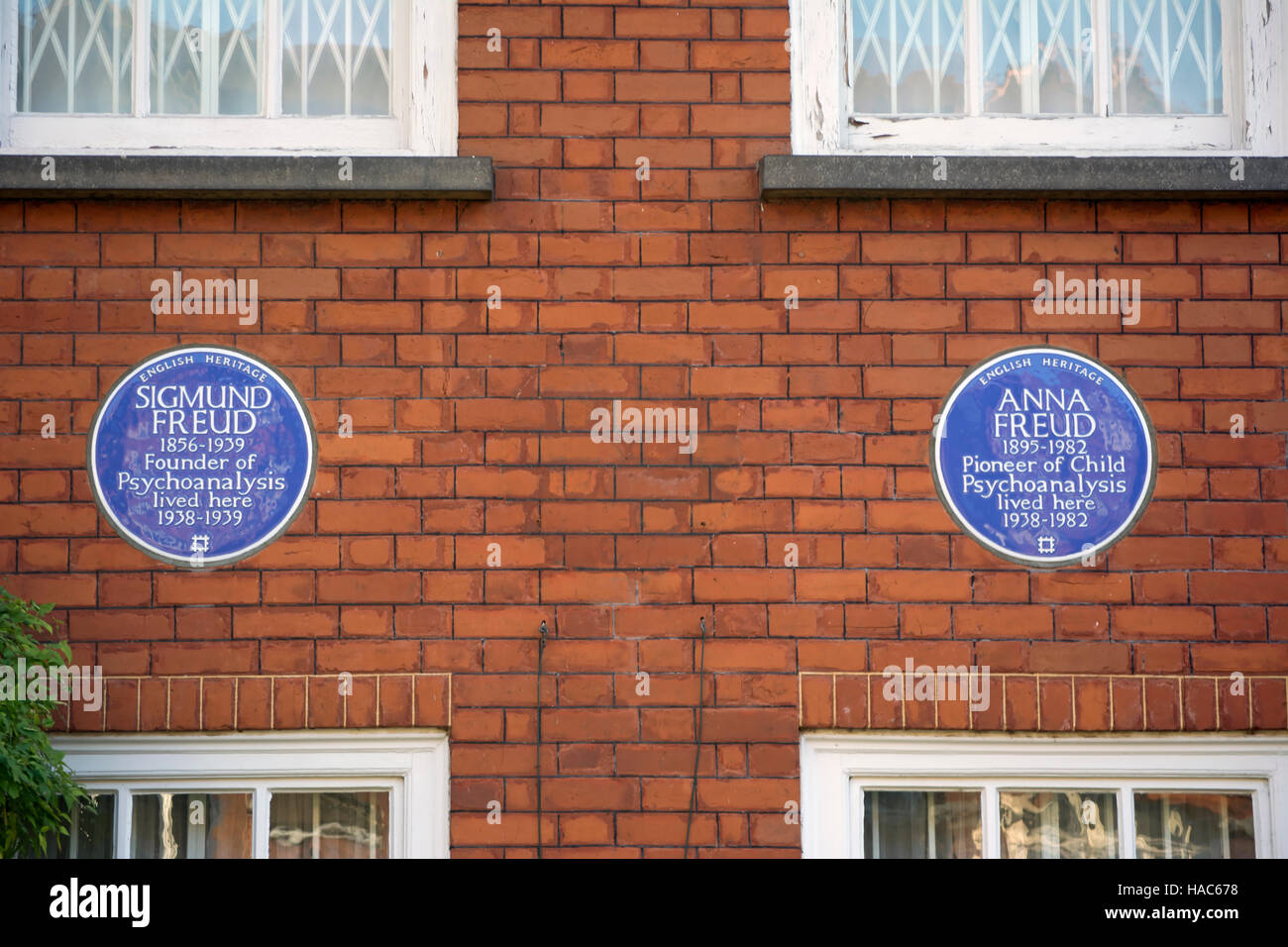 english heritage blue plaques marking the home of sigmund freud and anna freud hampstead, london, england - Stock Image