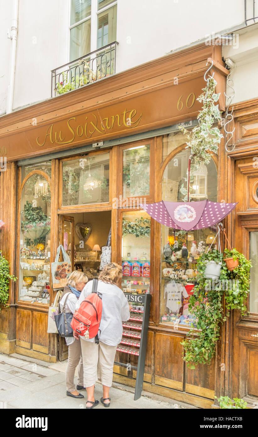 tourists in front of _au soixante_, souvenir shop, ile saint-louis - Stock Image
