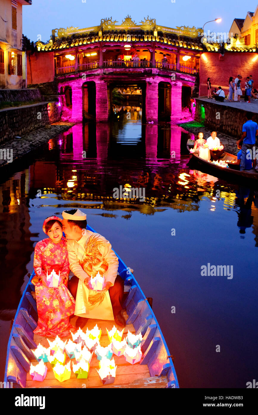 Newlywed in front of the Japanese covered bridge, Hoi An, Vietnam - Stock Image